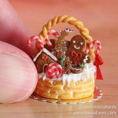 Gingerbread basket cake - scale miniature food by Paris Miniatures Miniature Crafts, Miniature Christmas, Christmas Minis, Christmas Gingerbread, Miniature Food, Miniature Dolls, Polymer Clay Miniatures, Polymer Clay Crafts, Dollhouse Miniatures