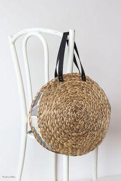 DIY: A raffia bag for this summer- DIY: Un bolso de rafia para este veranito DIY raffia bag for summer - Diy Straw, Straw Bag, Diy Fashion Bags, Round Bag, Basket Bag, Clutch, Handmade Bags, Purses And Bags, Table Ikea