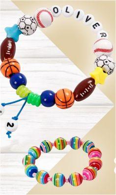 Stoere en sportieve armbandjes maken met sportkralen, letter- en cijferkralen en elastiek.  1. Knip een stuk elastisch rijgkoord af en rijg de verschillende kralen op het kralenkoord. Maak een knoop wanneer de gewenste lengte is bereikt. 2. Bind een knoop aan beide lange uiteinden ca. 12 mm vanaf de knoop. Rijg een kraal op elk uiteinde en eindig met een knoop. Crochet Necklace, Bracelets, Jewelry, Jewlery, Jewerly, Schmuck, Jewels, Jewelery, Bracelet