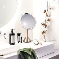 Stolní kosmetické zrcátko s LED osvětlením, které je nejlepší volbou pro každodenní líčení. Přiblížení až 10x. Nabíjení pomocí USB. Materiál: Ocel Rozměr: 14,5 x 11,5 x 29,8 cm. Makeup Essentials, Usb, Make Up, Mirror, Home Decor, Decoration Home, Room Decor, Mirrors, Beauty Makeup