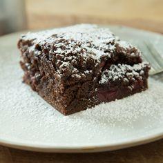 Schokolade und Kirschen - eine traumhafte Kombination. Mit Mehl und Eiern verrührt - eine herrlich saftige Köstlichkeit aus dem Ofen, in 25 Minuten.