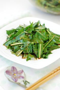 Dandelion Salad (Mindeulle Muchim) This Korean-style dandelion salad is the best way to enjoy this s Korean Side Dishes, Main Dishes, Dandelion Salad, Dandelion Leaves, Dandelion Recipes, Asian Recipes, Healthy Recipes, Asian Cooking, Korean Food
