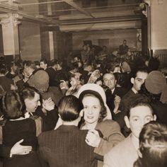 """Le dancing du restaurant """" La Coupole""""( Paris, Montparnasse), 1950"""