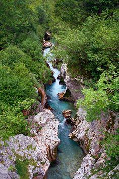 Isonzo, un pittoresco scorcio in Val Trenta dove scorrono nella forra le sue acque smeraldine.