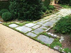 Symmetrische Trittsteine als Gartenweg