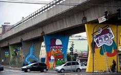 MAAU, o Museu Aberto de Arte Urbana é uma iniciativa de artistas que foram detidos pela polícia quando pintavam as colunas de sustentação da linha do metrô na Avenida Cruzeiro do Sul, Zona Norte. Com a comoção da população, os artistas foram soltos e conseguiram que a Prefeitura promovesse uma grande transformação urbana no local. Todas as pilastras foram pintadas pelos artistas Binho Ribeiro, Chivitz, Minhau e muitos outros.