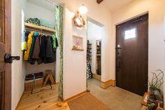 シューズクロークを設けることで、玄関もスッキリ #玄関 #シューズクローク #igstylehouse #アイジースタイルハウス Entrance, Entryway, Appetizer, Appetizer, Entry Ways, Hall, Mud Rooms