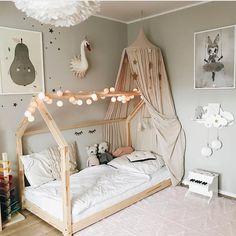 Комната для девочки. Все готово для сна! Кроватка ждет свою хозяйку.