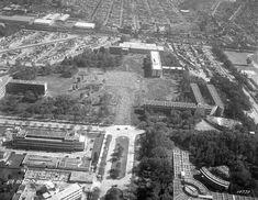 Los edificios del IPN en el Casco de Santo Tomás en una vista aérea de 1954, cuando aún se encontraban en construcción. Abajo a la derecha se encuentra la Escuela Superior de Medicina; más arriba están los edificios de la Escuela Superior de Ingeniería y Arquitectura, que resultaron afectados con el sismo de 1957 y luego fueron ocupados por la Escuela Superior de Comercio y Administración. En el espacio del centro actualmente se encuentran un Centro de Desarrollo Infantil y las…