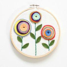 Easy Felt Flower Hoop Art - Do Small Things with Love Easy Felt Crafts, Bee Crafts, Felt Diy, Flower Crafts, Felt Flowers, Fabric Flowers, Hobbies And Crafts, Arts And Crafts, Felt Crafts Patterns