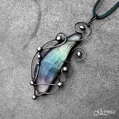 Radost z duhy Tento přírodní barevný šperk je cca 6x3 cm velký. Je tvořen technikou Tiffany a je zavěšen na tmavě zelené kůžičce o délce cca 75 cm, která perfektně dotváří barvu sklíčka. Střed šperku tvoří krásný kabošonek skla z dílny nadané Jar23. Barva přechází z bílé přes světle zelenou do tmavě zelené, modré fialové a bílé, občasně je prorostlá ...