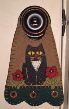 This door knob hanger measures about 6 Penny Rug Patterns, Wool Applique Patterns, Felt Patterns, Felt Applique, Doorknob Hangers, Door Hangers, Felt Pillow, Wool Quilts, Wool Embroidery