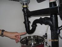 Easy to fix plumbing problems. Read this post a long time ago and remembered it when my disposal clogged up while the hubby was out of town. Fixed it myself! Household Cleaning Tips, Cleaning Hacks, Plumbing Problems, Home Repairs, Kitchen Aid Mixer, Kitchen Hacks, Homemaking, Pointers, Home Projects