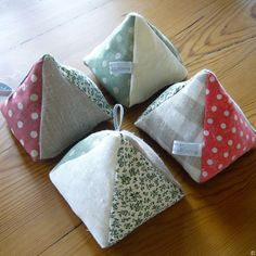 Pin Cushions or larger for doorstops? Sewing Crafts, Sewing Projects, Hand Embroidery, Embroidery Supplies, Sewing Lessons, Needle Book, Sewing Accessories, Sewing Notions, Hat Pins