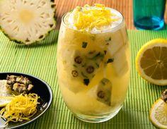 Caipirinha de abacaxi, gelo de gengibre e raspas de limão siciliano -- 45 ml de vodka/saquê/cachaça + 4 cubos de abacaxi + 6 cubos de gengibre + 3 col. (chá) de açúcar ou 2 sachê de Zero-Cal Sucralose -- Bata no liquidificador/Mixer 1/2 xícara de gengibre com água e congele em forma de gelo. Em uma coqueteleira, macere o abacaxi com o açúcar/adoçante, adicione gelo de gengibre e complete com destilado de sua preferência. Misture bem e coloque o drink em um copo.
