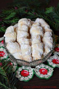 Cornulete fragede - CAIETUL CU RETETE Romanian Desserts, Romanian Food, Sweets Recipes, Cake Recipes, Cooking Recipes, Peach Cookies, Homemade Sweets, Cata, Food Cakes