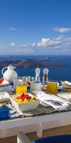 Breakfast Alfresco Style in #Santorini, #Greece Check more at: http://www.svetputovanja.info/santorini-dragulj-vulkanskog-porekla/
