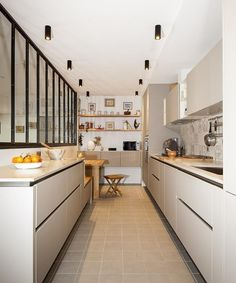 In this white kitchen and resolutely elegant wood, the glass roof overhangs the island and gives an industrial style to this design and modern interior decoration. Modern Interior Decor, Kitchen Inspirations, White Kitchen, Glass Roof, Modern Dining Room, Small Kitchen, Kitchen Decor, Interior Design Kitchen, Wood Kitchen