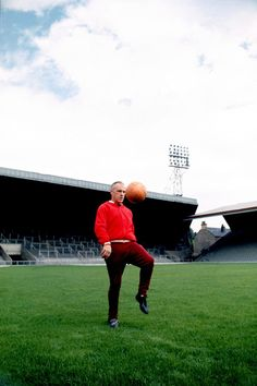♠ Bill Shankly shows off his ball skills at Anfield in 1973 #LFC #History #Legends