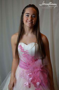 Josefina con su vestido de quince. Está realizado en tul y piel de seda, con detalle en patchwork de encajes fucsia- coral teñidos a mano.