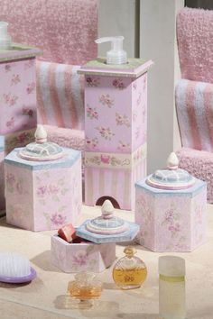 Acessórios para banheiro com pintura floral.