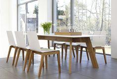 Funkcjonalny komplet: stół Y-Woman oraz krzesła Tension. Duży stół przy którym może zasiąść nawet osiem osób.