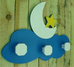 Perchero de pared infantil, con forma de luna y estrella. Un perchero ideal para niños, niñas o bebes. Un regalo único para nacimientos, bautizos,...