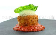 Cubo di mozzarella di bufala panato, con ristretto di pomodori, schiuma di piselli e basilico fritto