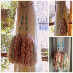 Par de sujetadores con borlas para sujetar y decorar las cortinas de tu casa. Realizados a mano con lanas, cintas, dijes y piedras de distin...109684882