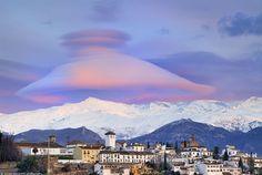 Nube gorro o tipo campana sobre Sierra Nevada. El aire empujado hacia arriba por el pico de la montaña, a continuación el aire se enfría, se satura de humedad y, finalmente, las moléculas de agua que contiene se condensan.