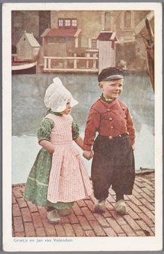 Jongen en meisje in Volendammer streekdracht.