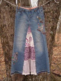 Cette jupe Chic est sous à vélo vers le haut dune paire de Jeans de Di Zana brodé. broderie est en Roses et bleus avec des perles de nacre blanches disséminés au sein. Inset est dune jupe en gradins de cotons violets et blancs de paisley, points et imprime fleur. Il est crocheté dentelle le long du fond et la dentelle entre chaque couche dans un blanc off. La taille des jeans sont répertoriés comme 9 mais je pense quils sont très petits. Veuillez prendre note des mesures. Très faible…