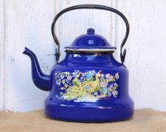 This item is a green enamel coffee pot.  The coffee pot is demage. The lid is missing. MEASUREMENTS: 4 tall (10 cm) 7,5 weight (19 cm)   I accept payments only via Paypal.  If you purchase one or several items of my shop on the same time, please send me an e-mail to request the shipping fees.  Thank's for visiting my shop