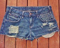 Vocês já repararam que a cada nova estação as peças jeans aparecem com várias releituras? E no verão, os shorts estão com a cintura mais alta.