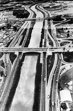 Vista aérea sobre as marginais do Tietê, na época de sua construção, junto à Ponte das Bandeiras (ao centro) [Agência Estado - in: REIS, Nestor Goulart. São Paulo: vila, cidade, metrópole]