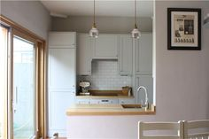 An inspirational image from Farrow and Ball - Kitchen/Diner. Walls painted in Cornforth White Estate emulsion and kitchen units painted in Pavillion Gray Estate eggshell. Cornforth White Kitchen, Cornforth White Living Room, Kitchen Units, Open Plan Kitchen, Kitchen Cupboards, Kitchen Backsplash, Grey Kitchen Inspiration, Color Inspiration, Layout Design