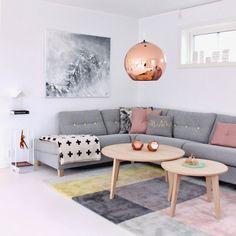 O cobre será uma das cores fortes de 2015. Nessa sala de estar, o acabamento metálico das peças de Tom Dixon foi combinado a uma paleta de tons pastel.