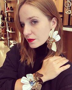"""#modacomglamour A marca @abi_project está em Paris para apresentar sua mais nova coleção de inverno batizada de Abi Timeless. A designer @nathyabikel olhou para as mulheres fortes que representam a sua própria beleza em qualquer idade para criar as peças. Cada """"família"""" foi inspirada por ícones que marcaram o universo da moda e que carregam esse conceito como #DianaVreeland #PeggyGuggenheim e #ÍrisApfel. Seria essa uma linda homenagem a Moema Leao avó da Nathy e grande responsável pela…"""