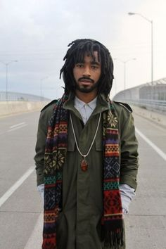 I absolutely love the combination of dread locks and a scarf. It balances out nicely. Modern Mens Fashion, Men's Fashion, Fashion Week, Fashion Menswear, Black Men Hairstyles, Funky Hairstyles, Hairstyle Men, Hair Updo, Formal Hairstyles