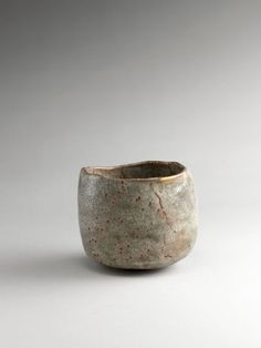 Bol, chawan. Raku rouge, restauration à la laque d'or Kiritsugi. Japon, XVIIe siècle. Crédits : © MUSÉE GUIMET, PARIS, DIST. RMN-GRAND PALAIS/BENJAMIN SOLIGNY/RAPHAËL CHIPAULT Glazes For Pottery, Ceramic Pottery, Pottery Art, Ceramic Art, Chinese Ceramics, Japanese Ceramics, Japanese Pottery, Wabi Sabi, Earthenware