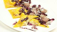 Ricetta Ravioli ai 4 formaggi con radicchio e salsiccia: Un piatto molto saporito grazie ai formaggi ed alla salsiccia ma con un tocco di amarognolo dato dal radicchio aggiunto a fine cottura. Ottimo per una cena rustica tra amici.