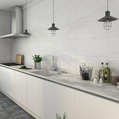 #vitt #marmor Kitchen Splashback Tiles, Kitchen Tiles Design, Interior Design Kitchen, Home Decor Kitchen, Kitchen Dining, Large White Tiles, Casa Loft, Kitchen Remodel, Subway Tiles