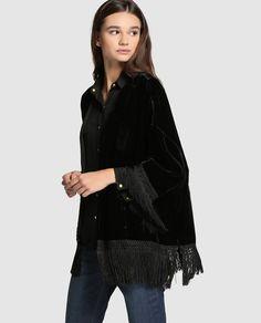 Kimono de terciopelo negro con adorno de flecos. Talla única.