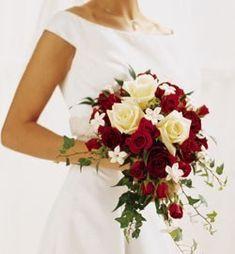 Rosas brancas e vermelhas. Folhas de hera e flores de laranjeira