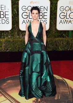 Jaimie Alexander con vestido de escote profundo y falda abullonada en verde metalizado, de Genny.