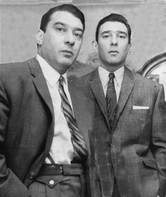 Kray Twins Ronnie Kray and Reggie Kray Real Gangster, Mafia Gangster, Gangsters, The Krays, Creepy History, Einstein, Rare Historical Photos, London Tattoo, Hard Men