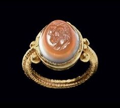 A Roman banded agate and gold finger ring. Circa 2nd century AD