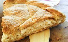 Kalasouna: Cheese Pie with onions from Folegandros/ Καλασούνα: τυρόπιτα με… Phyllo Recipes, Eat Greek, Greek Pita, Greek Appetizers, Onion Pie, Greek Sweets, Savoury Baking, Savoury Pies, Cheese Pies
