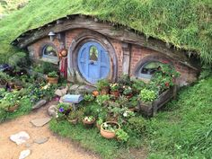 Hobbiton, film set of Lord of the Rings and The Hobbit and inspiration for my cottage garden. Estilo Shabby Chic, Gnome House, Home Landscaping, Fairy Houses, Little Houses, The Hobbit, Hobbit Hole, New Zealand, Images