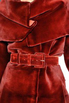 Carolina Herrera > *Love* the belted red velvet coat! Red Fashion, Look Fashion, Fashion Details, High Fashion, Winter Fashion, Womens Fashion, Velvet Fashion, Fashion Guide, Fashion Themes
